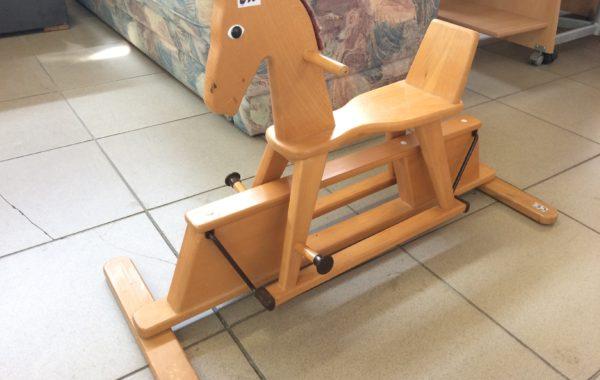329 dřevěný houpací kůň  90×57 cm  za 650Kč, odrážedlo PUKi za 340Kč