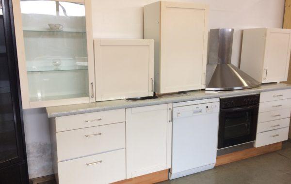 593 třímetrová kuchyně s Bosch myčkou,Elektrolux zánovní sporák s sklokeramikou,digestoř+dřez za 11860Kč