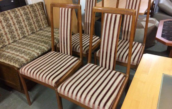 856 šest dřevěných ,čalouněných židlí po 430Kč