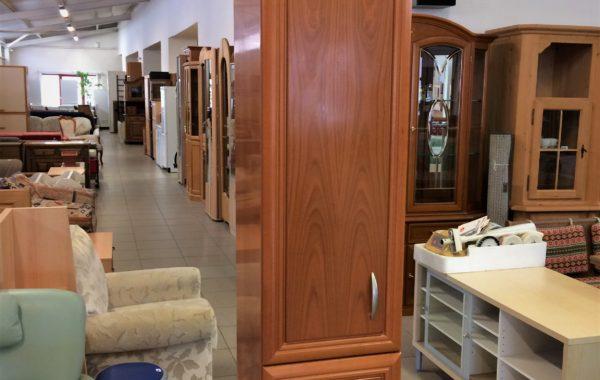 697 hnědá úzká skříňka z leštěného dřeva 45x40x225cm za 1970Kč