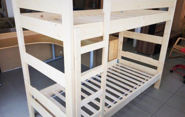 002 patrová nová postel včetně roštů 200x90cm,vysoká 165cm,lze rozdělit na dvě samostatné postele ,cena 4680Kč