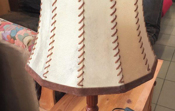 271 dřevěná lampa s pergamenovým stínidlem ,výška 65cm za 490Kč