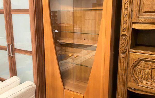 818 dubová vitrina s prosklenými dvířky a šuplíky 90x40x215cm za 2470Kč