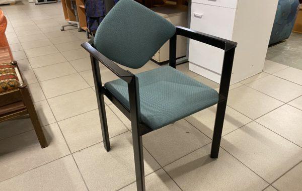 106 osum černých designových židlí po 450Kč