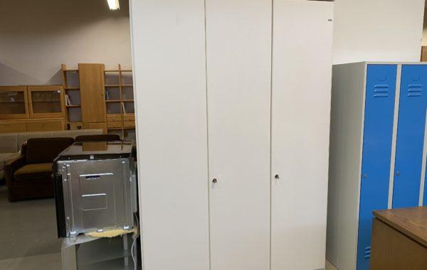 213 bílá třídveřová skříň 150x60x222cm vysoká za 2940Kč