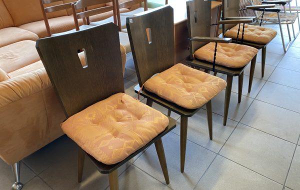 714 čtyři dubové židle po 450Kč