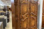 137 starožitná dubová skříň s intariemi na dveřích 142 x 58 x 202cm za 13760Kč