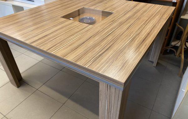 199 velký rodinný stůl 140x140cm pro osum lidí -odstín bahenní dub za 2650Kč